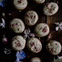 Sablés amande, chocolat blanc & pétales de rose